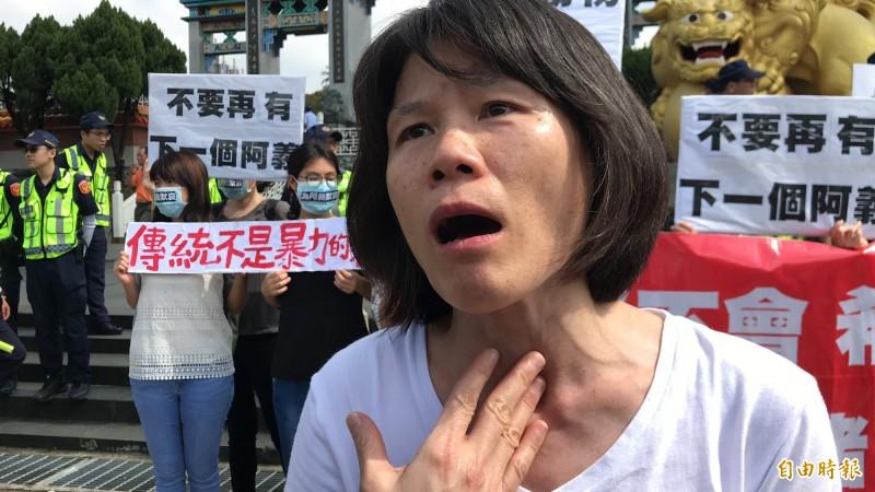 抗議代表陳玉敏呼籲,祭祀用人道飼育長大的神豬他們不反對,反對的是凌虐灌養而成的「神豬」。(記者黃美珠攝)