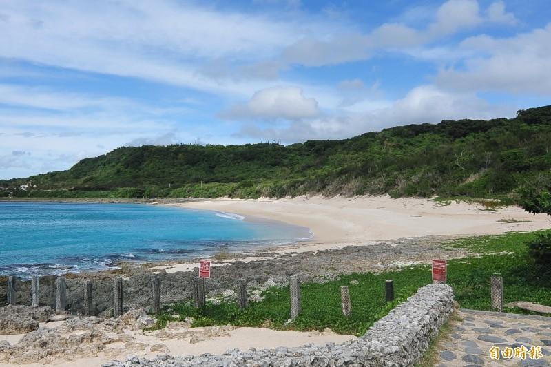 砂島保護區沙灘潔淨貝殼砂絕美。(資料照,記者蔡宗憲攝)