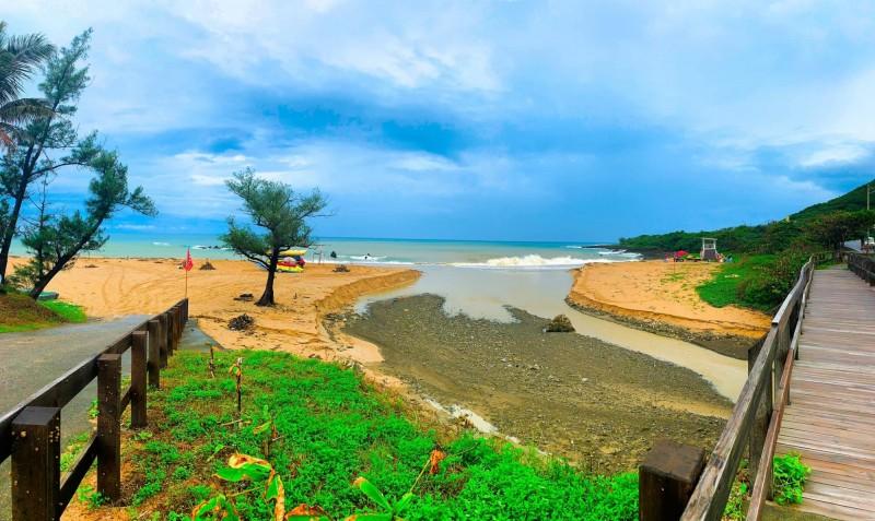船帆石沙灘被大水切割。(記者蔡宗憲翻攝)