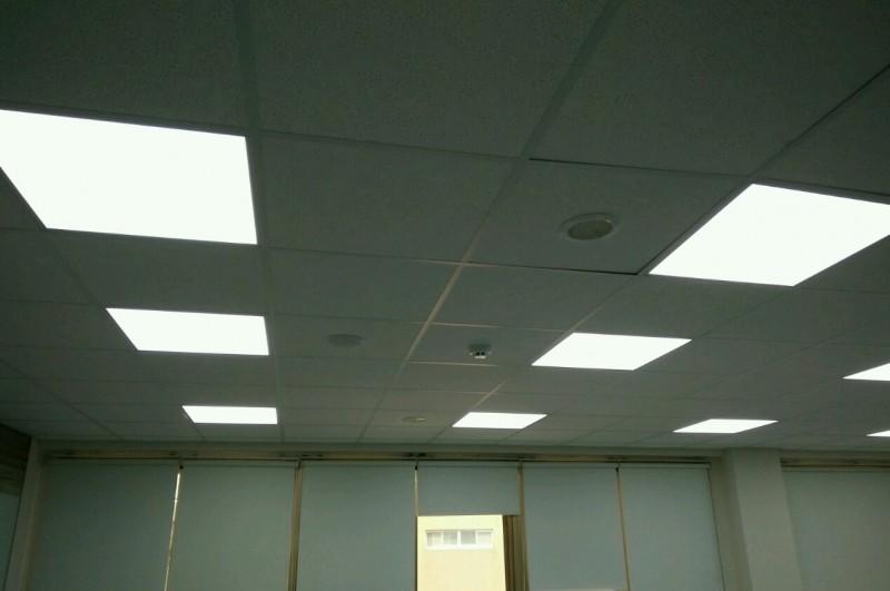 台中港務分公司推動辦公室汰換LED照明成果。圖為換裝後。(圖由台中港務分公司提供)
