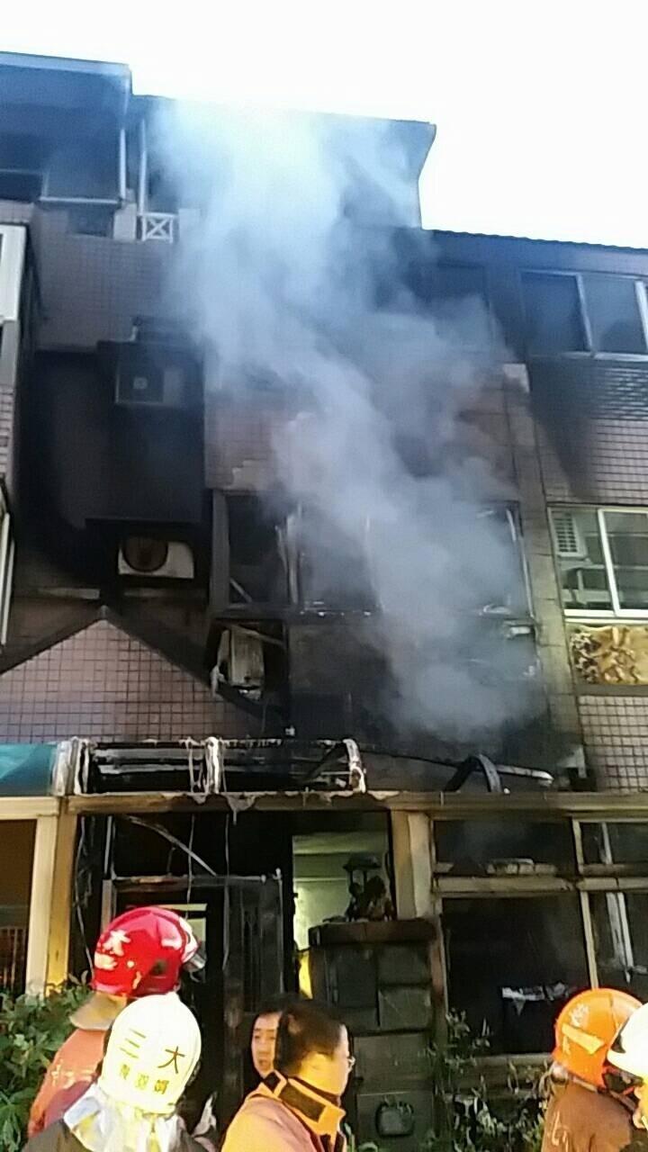 今天清晨新北市三芝一棟3層樓透天厝傳出火警。(記者王宣晴翻攝)