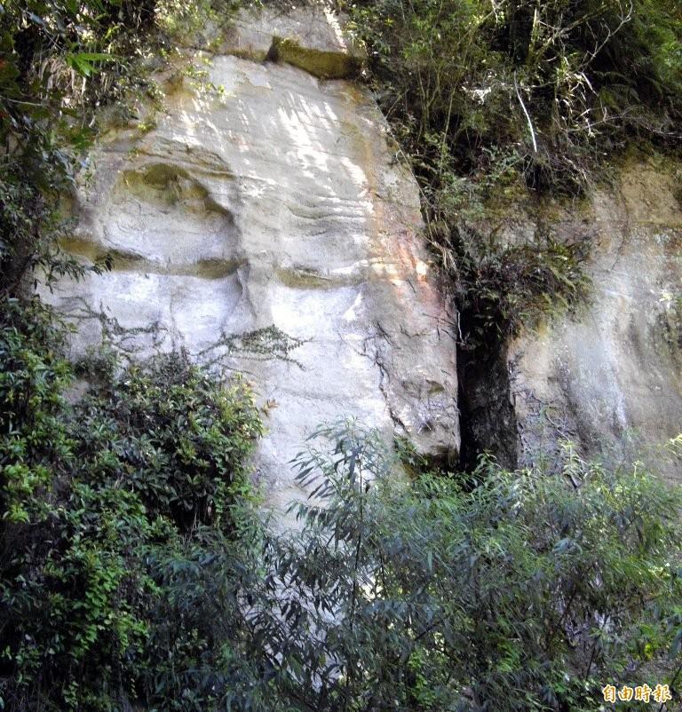 南投及嘉義交界一帶的山域,赫見山壁狀似人臉奇景,目前正值農曆鬼月讓山友心裡覺得毛毛的。(記者謝介裕翻攝)