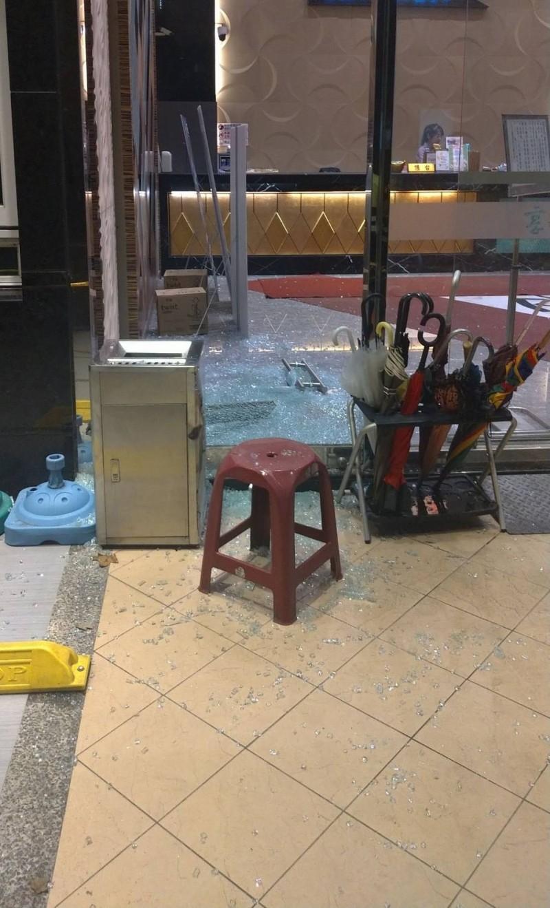 5名惡劣年輕人砸毀店家玻璃。(記者張瑞楨翻攝)