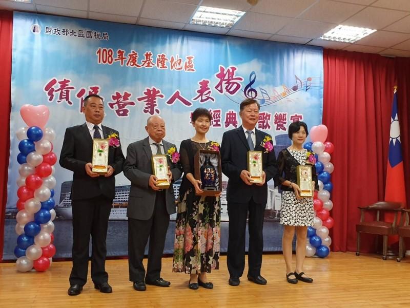 北區國稅局長王綉忠表揚4家績優營業人。(北區國稅局基隆市分局提供)