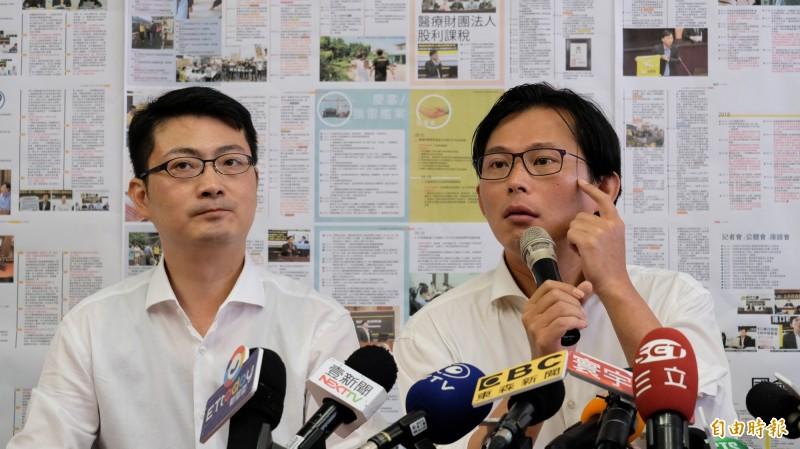 黃國昌(右)說,他百分之百信任辦公室主任賴嘉倫(左)。(記者林欣漢攝)