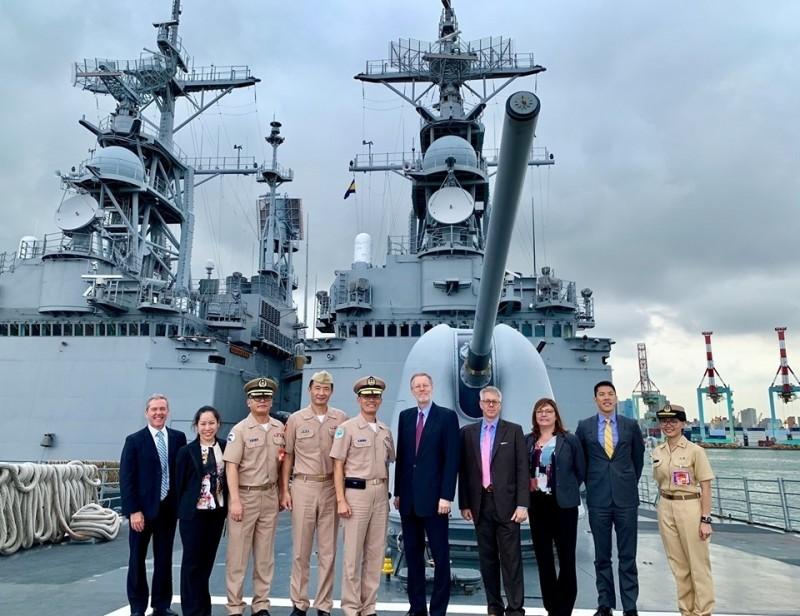 AIT處長酈英傑今天南下進行高雄一日遊,高調參觀台灣海軍基地,探訪美國售台的兩棲突擊車與驅逐艦。(取自AIT臉書)