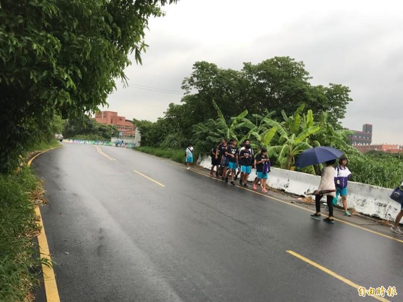 新竹市政府交通處在內湖國中闢設通學步道,長300公尺,讓學生上下學更安全。圖為現況。(記者洪美秀攝)