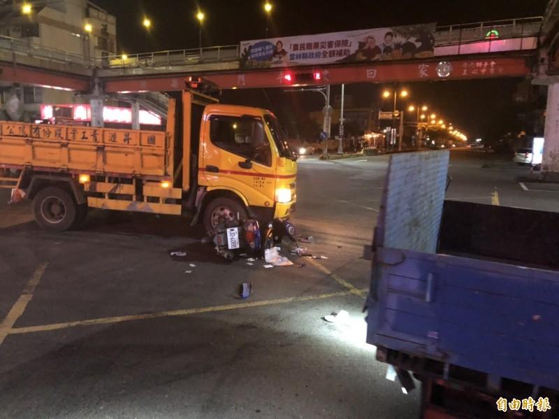 斗六市省道台1丁西平路夜間施工,造成交通打結,甚至衍生交通意外。(記者詹士弘攝)