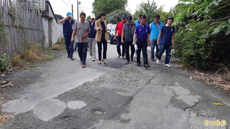 台東縣長饒慶鈴(左4)今天與相關單位會勘豐原里小巷道路不平,允諾改善。(記者黃明堂攝)