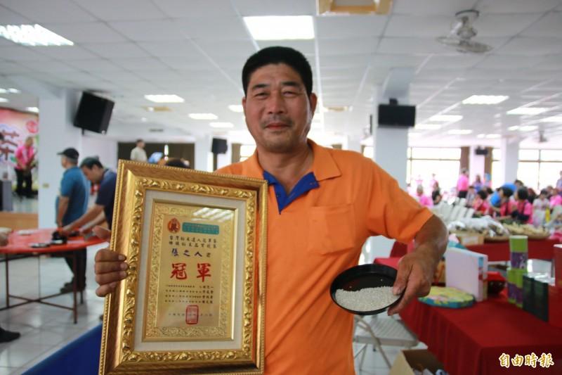 三灣鄉種稻30幾年的張之人奪下冠軍,成為名符其實的中港溪「稻米達人」。(記者鄭名翔攝)
