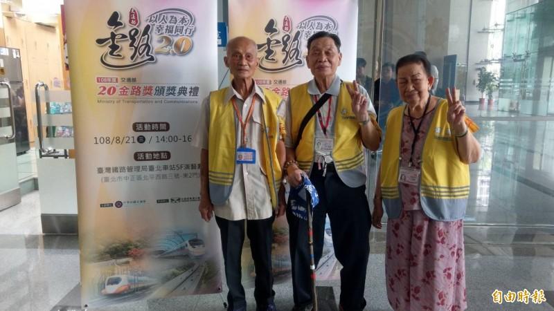 91歲李春長(左)、90歲王孝敦(中)、89歲許陳配(右)所在的瑞芳站日語志工隊,今年獲金路獎特殊貢獻獎。(記者鄭瑋奇攝)