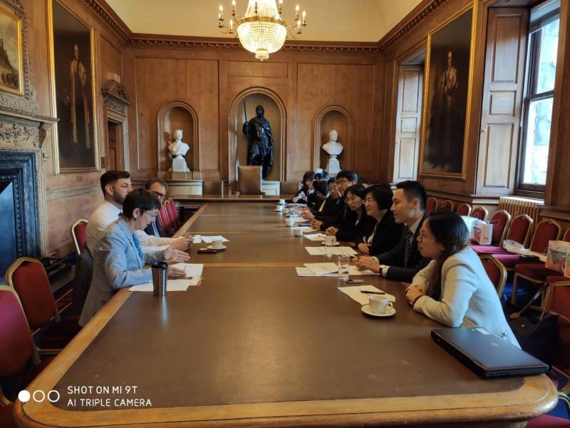 王惠美帶隊英國考察,參訪過程自己上臉書向鄉親報告。(圖縣府提供)