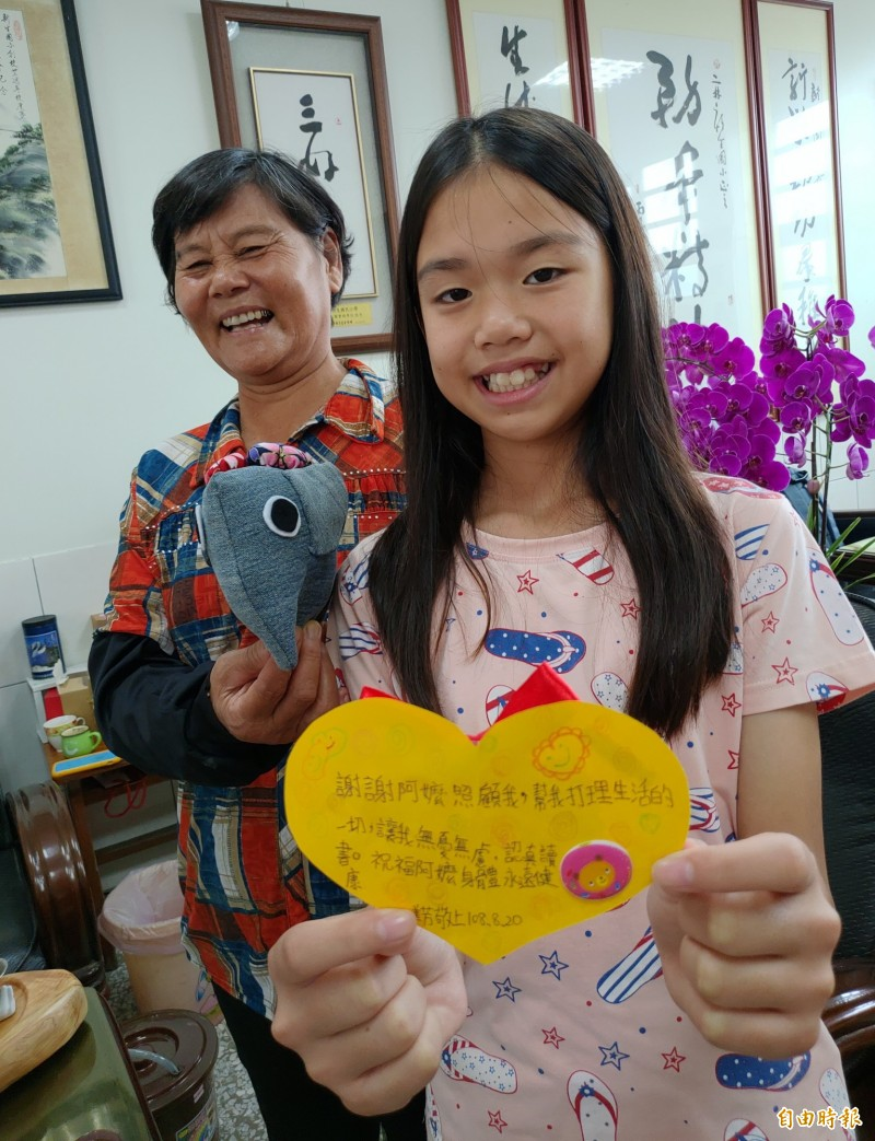 總統教育獎得主陳美芳(右)與阿嬤洪秋霞(左)總是笑臉盈人,都有顆溫暖的心。(記者陳冠備攝)