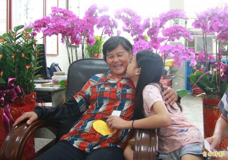 陳美芳(右)送卡片後還抱著阿嬤(左)獻吻,令阿嬤笑開懷。(記者陳冠備攝)