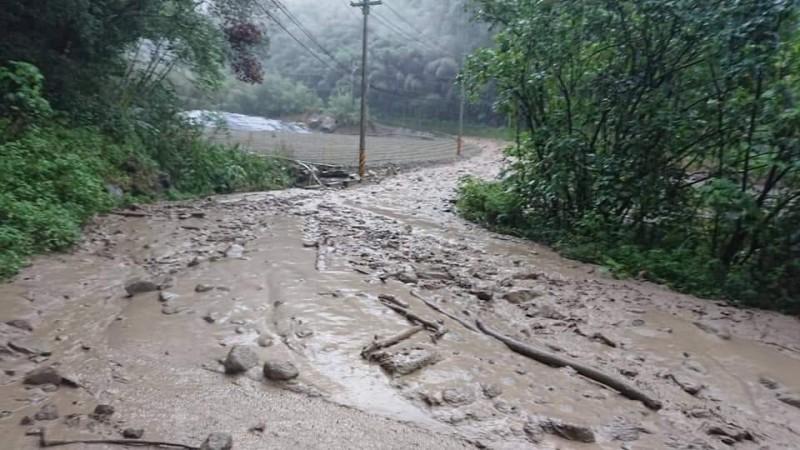 苗栗泰安中象道路土石流,道路封鎖。(記者蔡政珉翻攝)