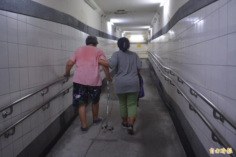 大肚車站無障礙坡道「落落長」 長輩喘吁吁盼設電梯