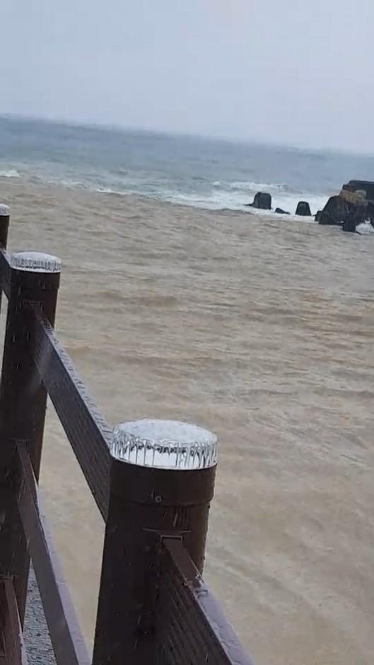 海子口泥流長達百公尺以上,但因為與西南長浪對向,根本無法出海,產生「陰陽海」景象,居民阿蘭說相當罕見。(記者陳彥廷翻攝)