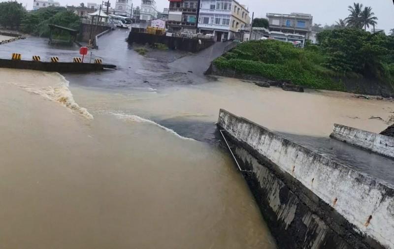 小琉球海子口的泥流長達百公尺以上,還淹過原本的通道。(記者陳彥廷翻攝)