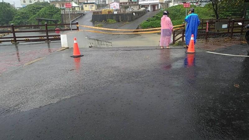 海子口的道路傳出有外地遊客誤闖,鄉公所請警方拉起封鎖線示警。(記者陳彥廷翻攝)