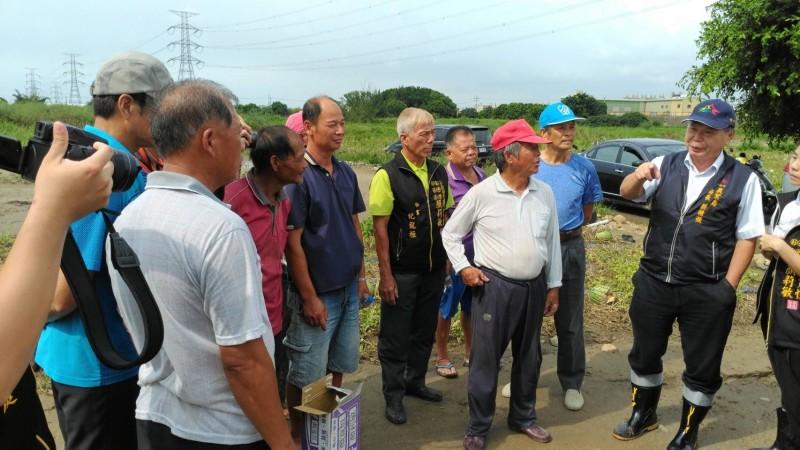 台中市農業局長蔡精強(右一)赴大肚、龍井關心豪雨農損。(農業局提供)