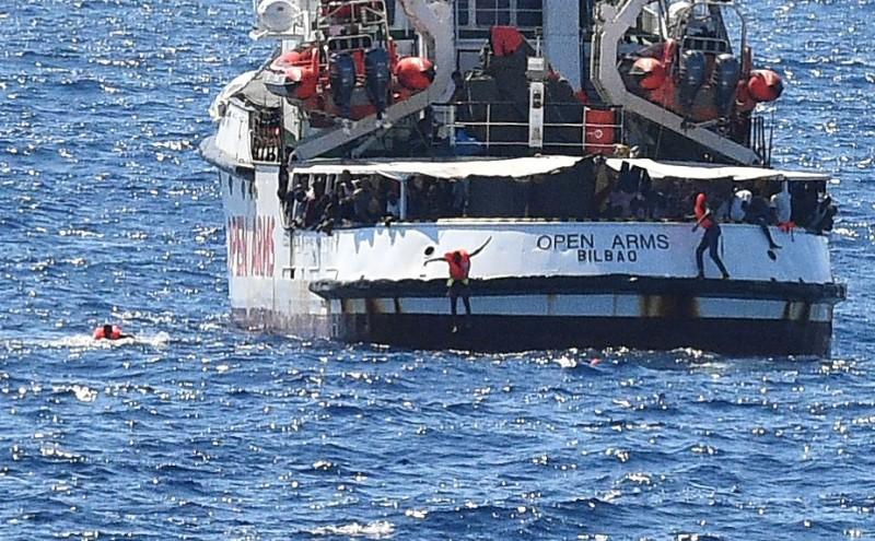 西班牙救援船想停靠義大利被拒 10難民跳海求靠岸