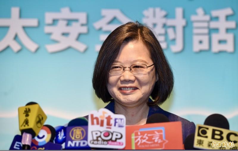 國民黨總統參選人、高雄市長韓國瑜昨站在和他等身高的公文旁直播,並說要當「全台灣最認真的市長」。總統蔡英文今天幽默回應。(記者羅沛德攝)