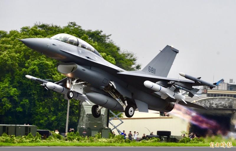 今年5月漢光演習,F-16V戰機於國道彰化戰備道起降演練。(資料照)