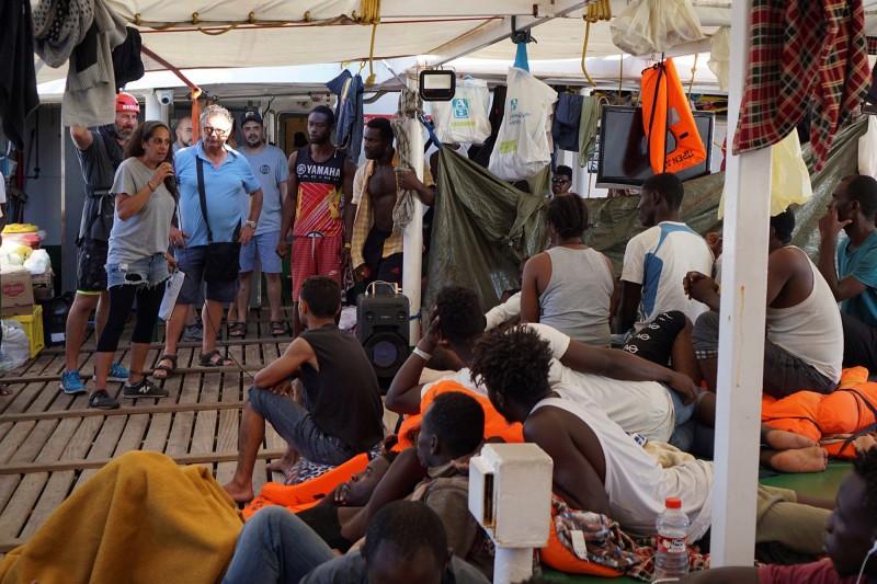 非政府組織「主動張開手臂」將非洲移民救上人道救援船,目前大部分的移民尚未被歐洲國家接收,已在地中海漂流19日。(歐新社)