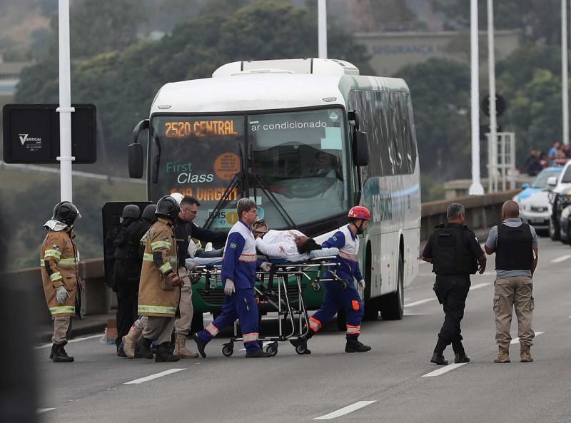 槍手劫持巴士37人潑油嗆縱火 遭巴西警方擊斃
