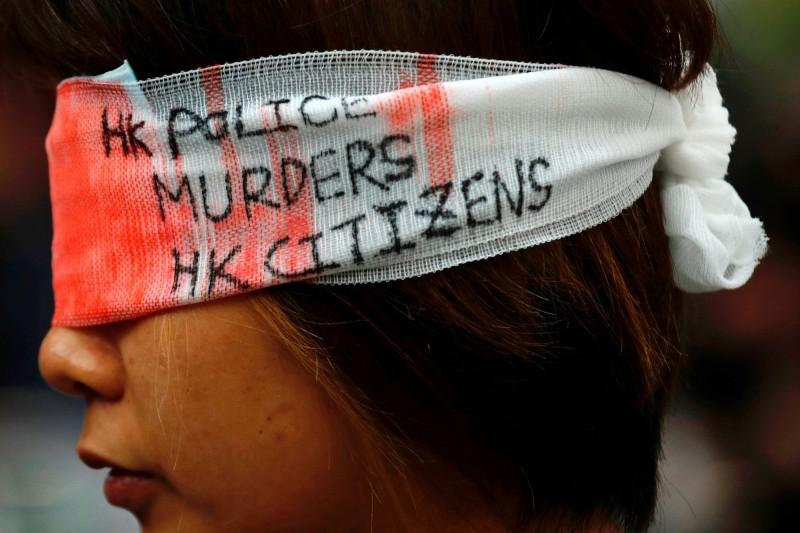 香港反送中8月11日晚一名女示威者被布袋彈擊中,導致右眼永久失明,對此《環球時報》記者撰文表示,該事件「疑點重重」,受傷女子是「黎智英得力助手」 。(路透)