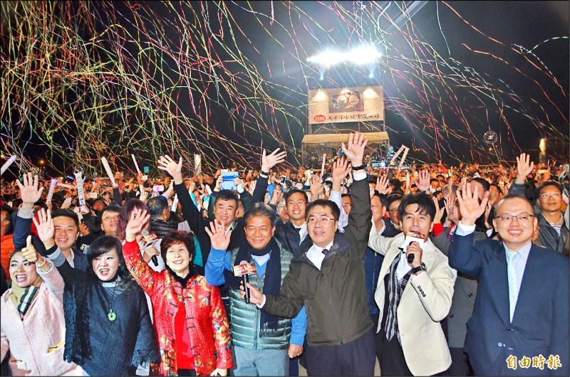 跨年晚會已連續8年在高鐵站區舉行,去年市長黃偉哲(前排右三)與台下民眾一起倒數迎新。(記者吳俊鋒攝)
