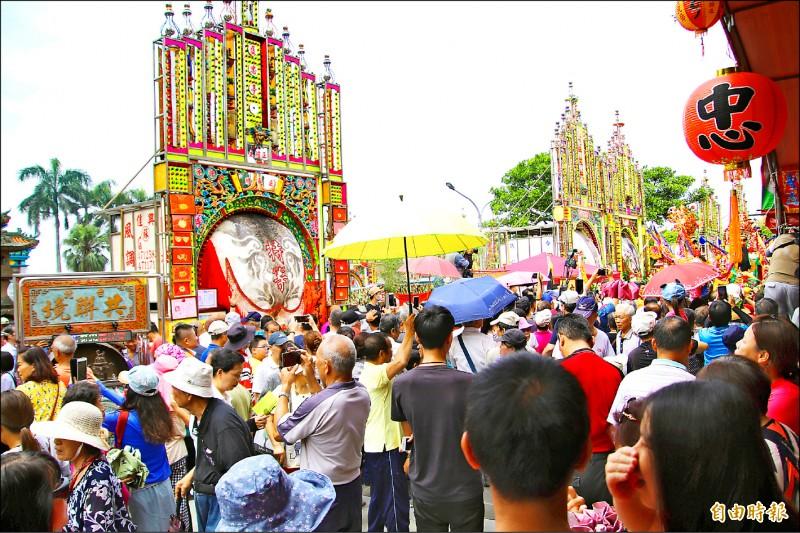 義民祭重頭戲神豬獻祭昨登場,卻因動保人士抗議,成為今年義民節的話題焦點。(記者黃美珠攝)