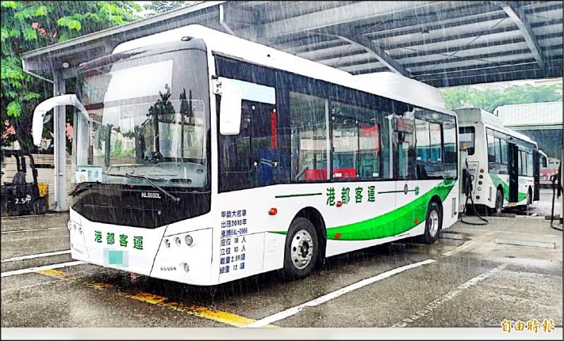 高雄電動公車創下五項全國第一,朝低碳公共運具、乾淨美麗城市邁進。(記者黃良傑攝)