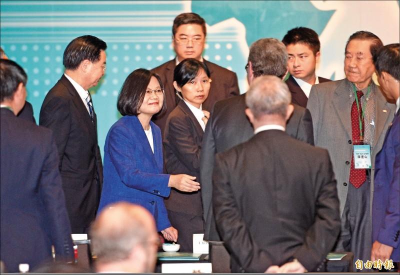 總統蔡英文昨出席「凱達格蘭論壇」,對於高雄市長韓國瑜感謝美方軍售,她表示,不清楚韓市長是用什麼身份發聲明。(記者羅沛德攝)