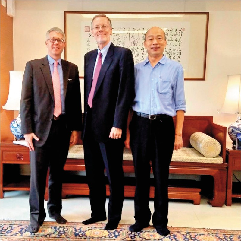 美國在台協會處長酈英傑昨拜會高雄市政府,與高雄市長韓國瑜合照。(取自AIT臉書)