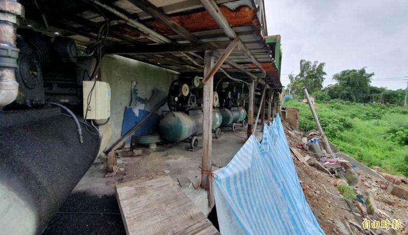 花壇鄉皮革工廠地基慘遭掏空,工廠圍牆崩塌達60公尺長、7公尺深,怵目驚心。(記者湯世名攝)