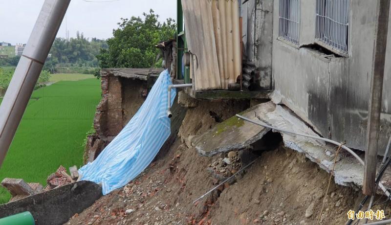 花壇鄉皮革工廠地基慘遭掏空,工廠圍牆崩塌達60公尺長、7公尺深。(記者湯世名攝)