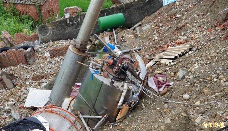 花壇鄉皮革工廠地基慘遭掏空,工廠圍牆崩塌達60公尺長、7公尺深,部分機器、鍋爐受損。(記者湯世名攝)
