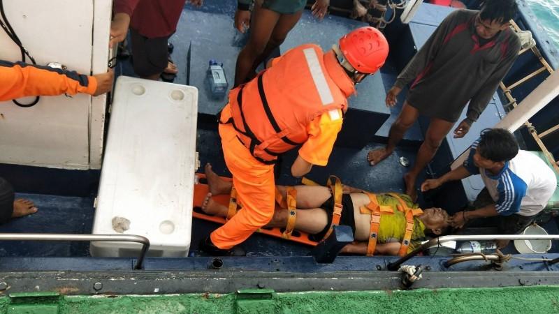 台中海巡隊將漁船人員救上船,準備送醫。(記者歐素美翻攝)