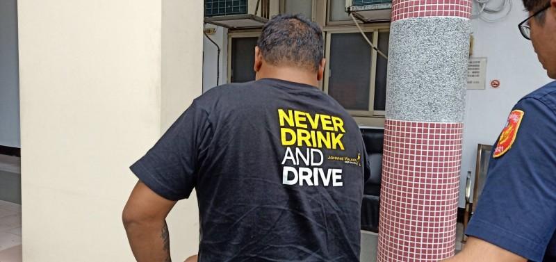 外籍移工昨深夜酒駕,吸引巡邏員警注意攔查,有趣的是,他遭移送時身上竟穿著「絕不酒駕」(never drink and drive)英文字樣的T恤,令員警不禁莞爾。 (圖由警方提供)