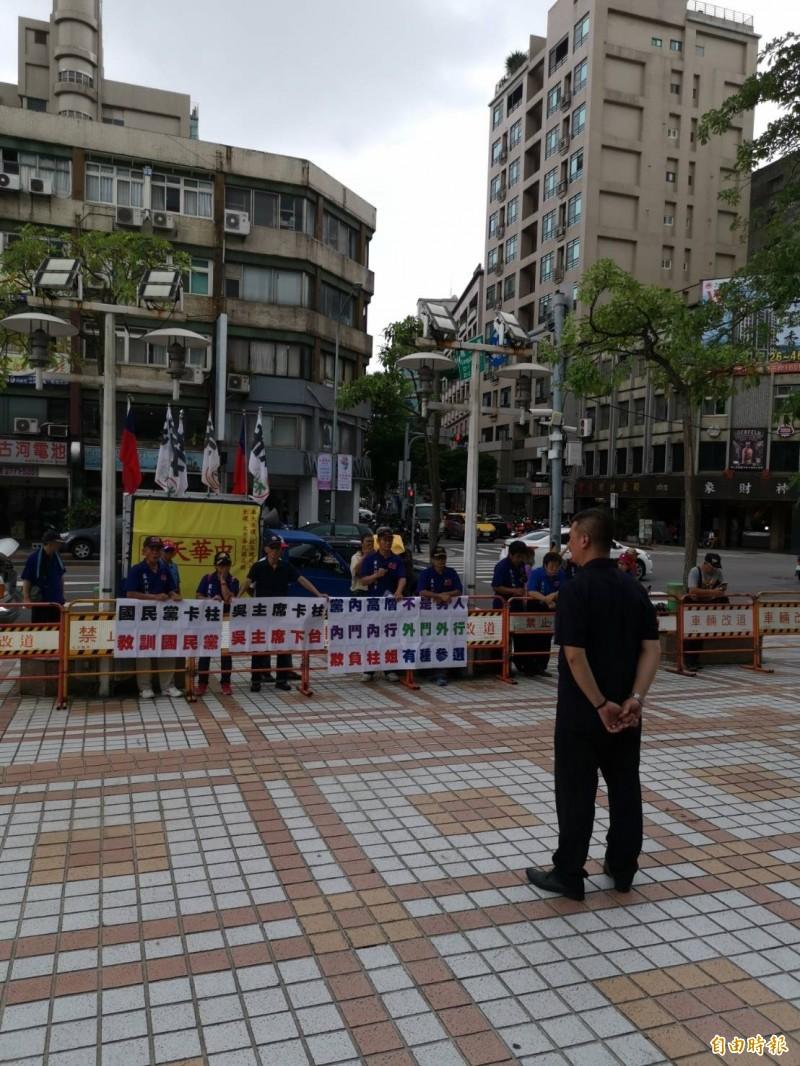 前國民黨主席洪秀柱為了參選台南市立委選舉,已經承諾不提一中同表,但深藍民眾今仍到國民黨中央黨部嗆聲吳敦義「欺負柱姐,有種參選」。(記者施曉光攝)