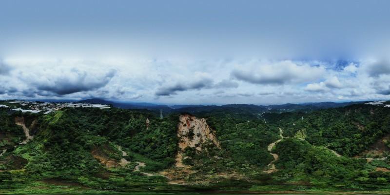 民眾空拍發現新社山區整個大走山,畫面驚人。(林忠瑋提供)