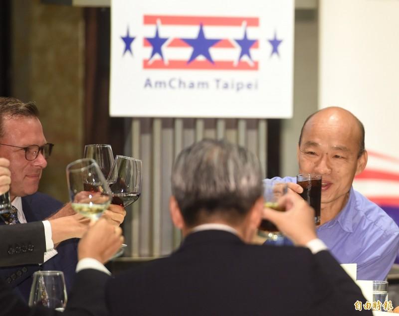 韓國瑜在演說前還特別請服務生換掉桌上的紅酒,並以可樂加冰塊代替,避免再次引發爭議。(記者劉信德攝)