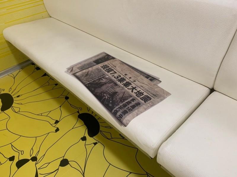 台鐵集集支線彩繪列車「國立集集美術館」才發表,就有通勤族幸運搭上,車廂座椅還印有九二一大地震的報紙。(記者劉濱銓翻攝)