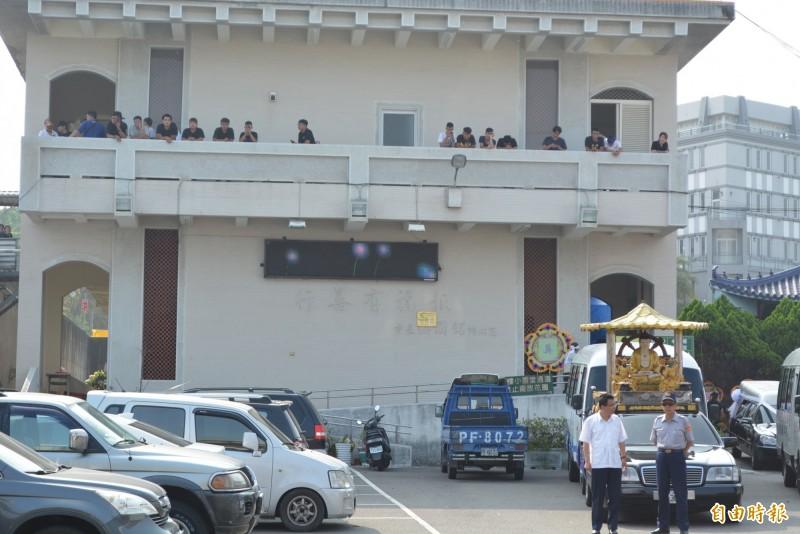 狠心的楊姓男子虐死女童案爆發後,曾有大批民眾聚集彰化殯儀館要教訓楊男。(資料照,記者湯世名攝)