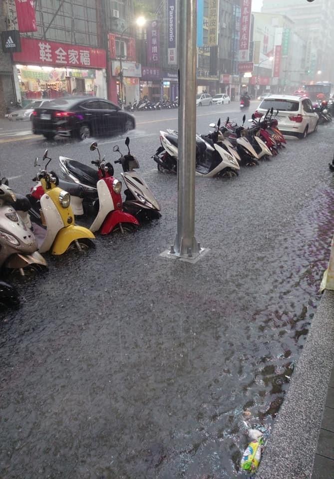 新北市三重多處傳出積水災情,積水高度約機車半個輪胎高。(記者王宣晴翻攝)