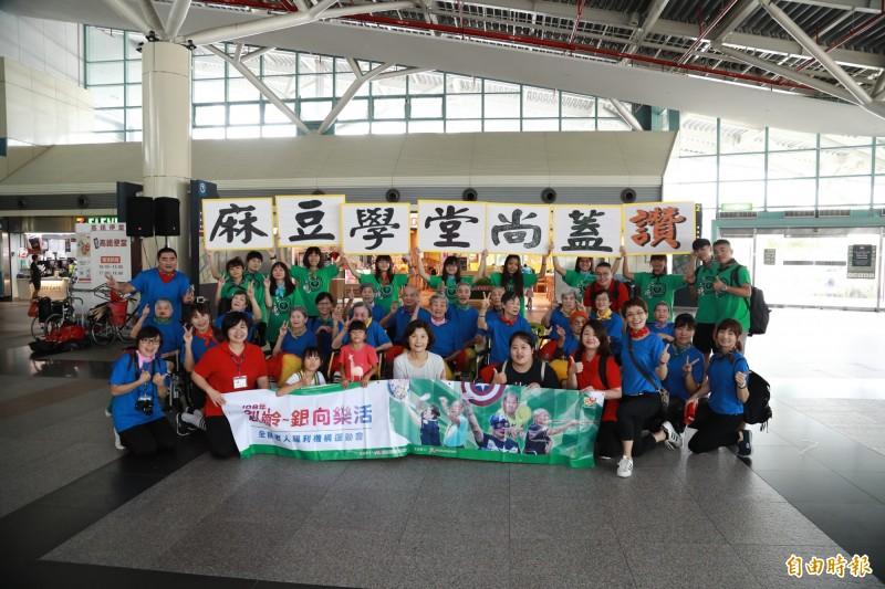 台南市麻豆老人養護中心長輩們熱情演出。(記者林宜樟攝)