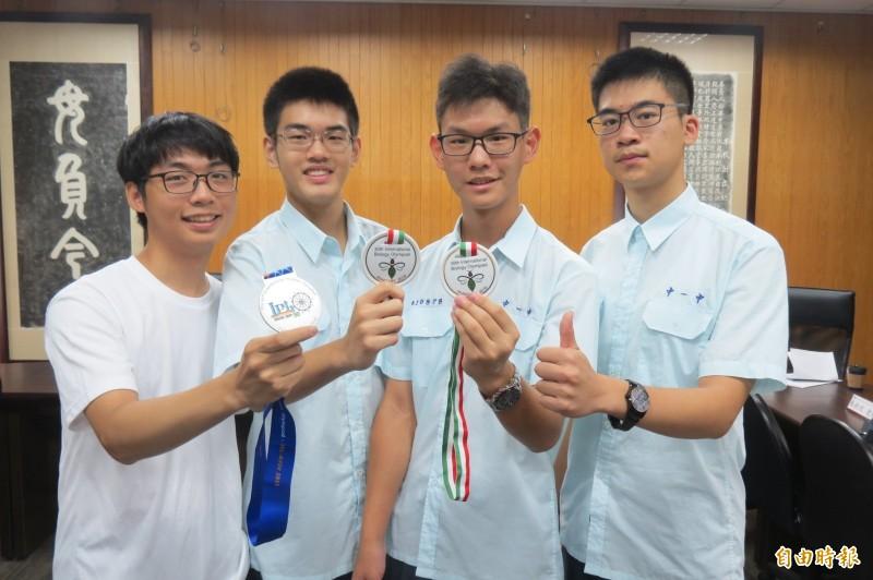 台中一中4生自學研究所教科書,國際奧林匹亞賽奪3金1銀。(記者蘇孟娟攝)