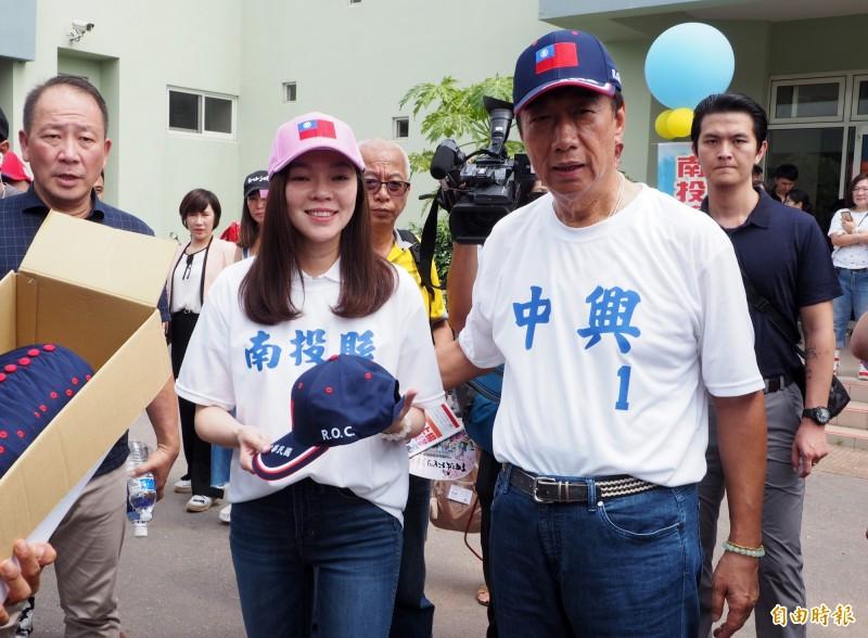 曾馨瑩(前左)的堂哥曾惠騰表示,郭粉們將在近日推派代表見郭台銘(前右)力促他參選總統。(資料照,記者陳鳳麗攝)