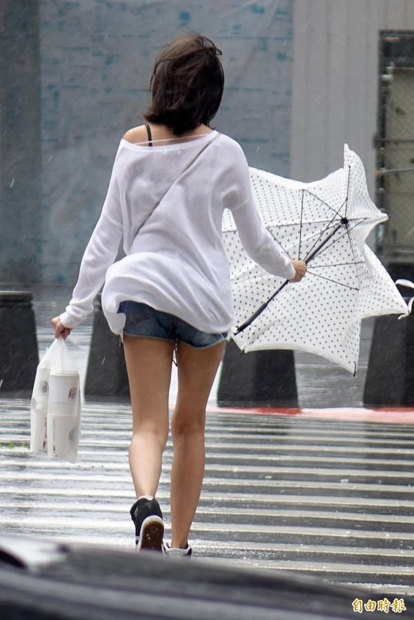 位於菲律賓東方海面的熱帶性低氣壓最快今天成颱,若直撲台灣將帶來狂風大雨。(資料照)